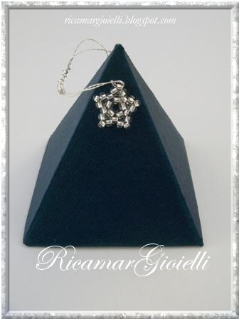 scatola a piramide decorata con una stella fatta di perline