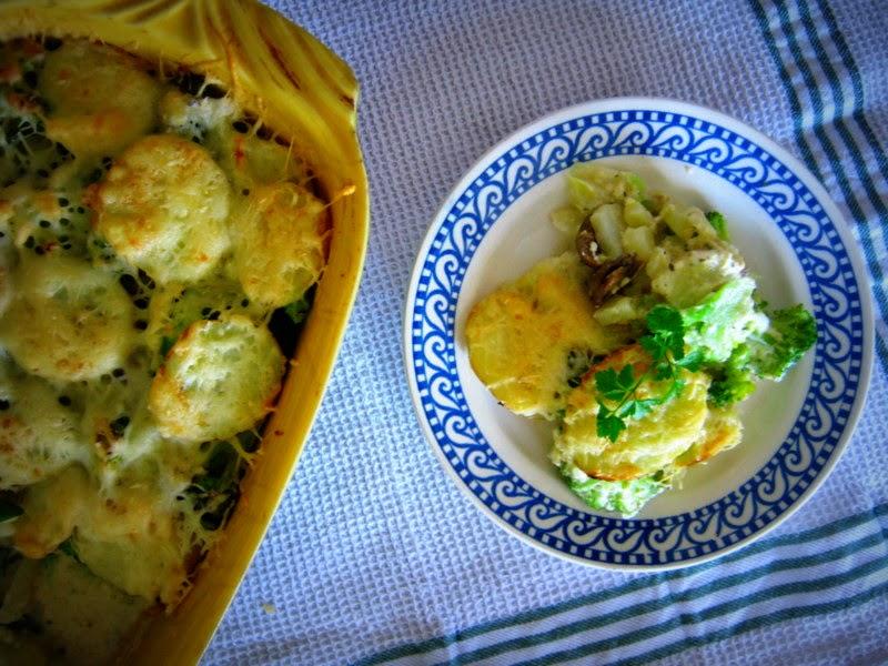 Gratinované zemiaky s brokolicou, šampiňónmi a jarnou cibuľkou