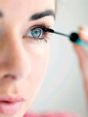 how to do mascara to make eyes look bigger
