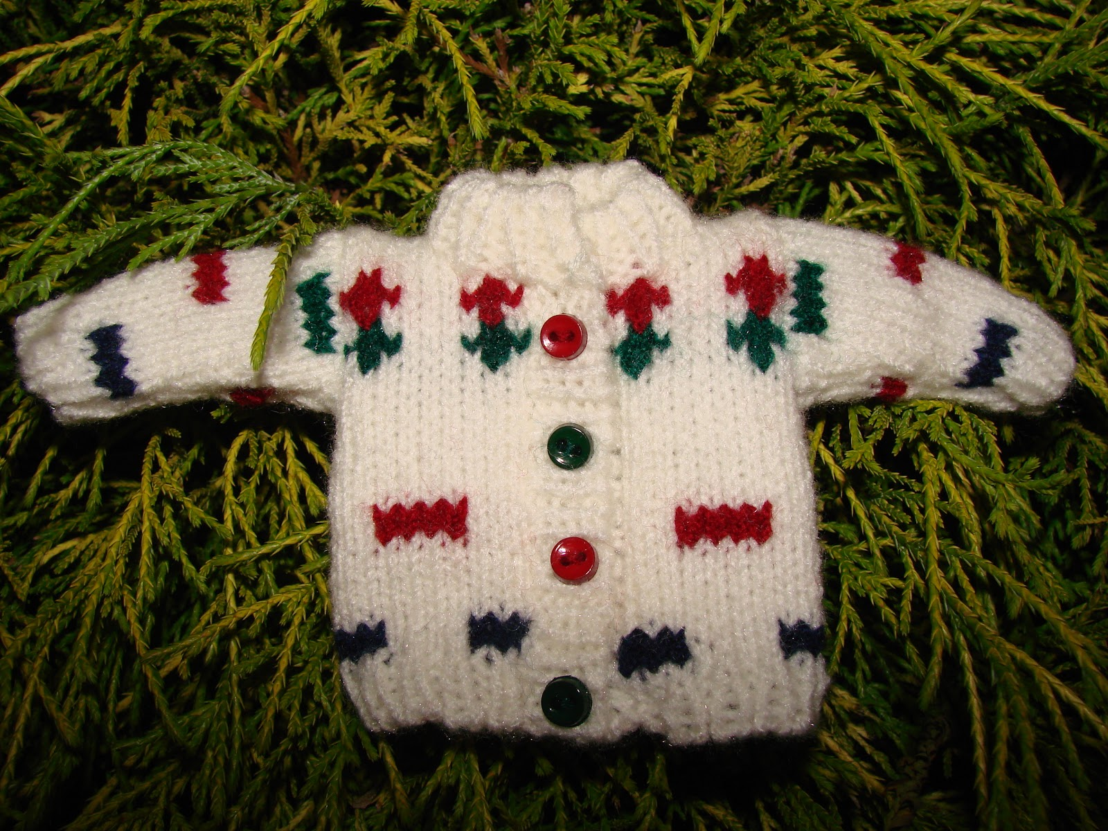 Family Crafts and Recipes: Knitted Christmas Ornaments- Free Pattern Included