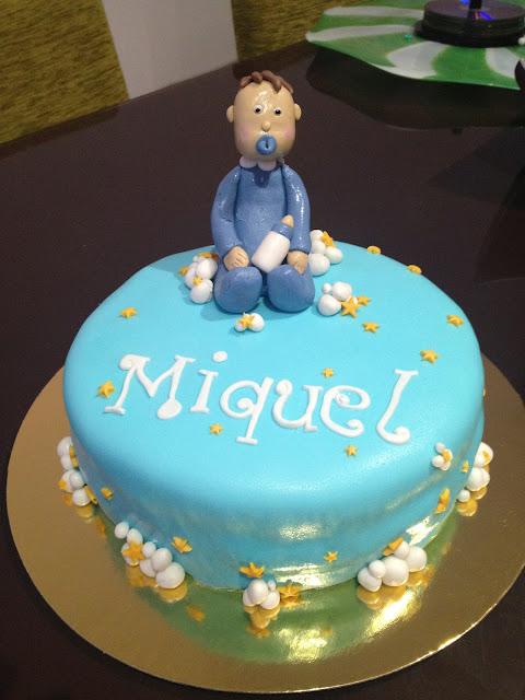 tarta fondant modelado de bebe estrellas nubes azul