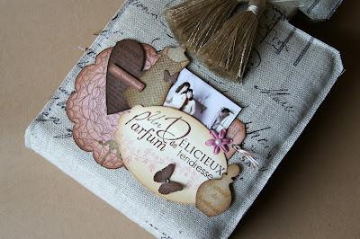 http://scrapettextile.blogspot.fr/2013/01/mini-album-un-delicieux-parfum-de.html