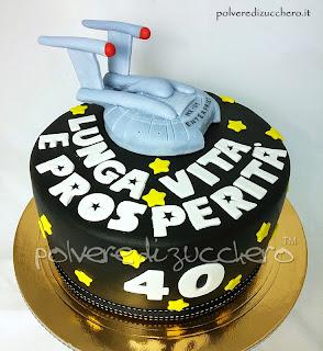 torta decorata star trek con navicella enterprise in pasta di zucchero