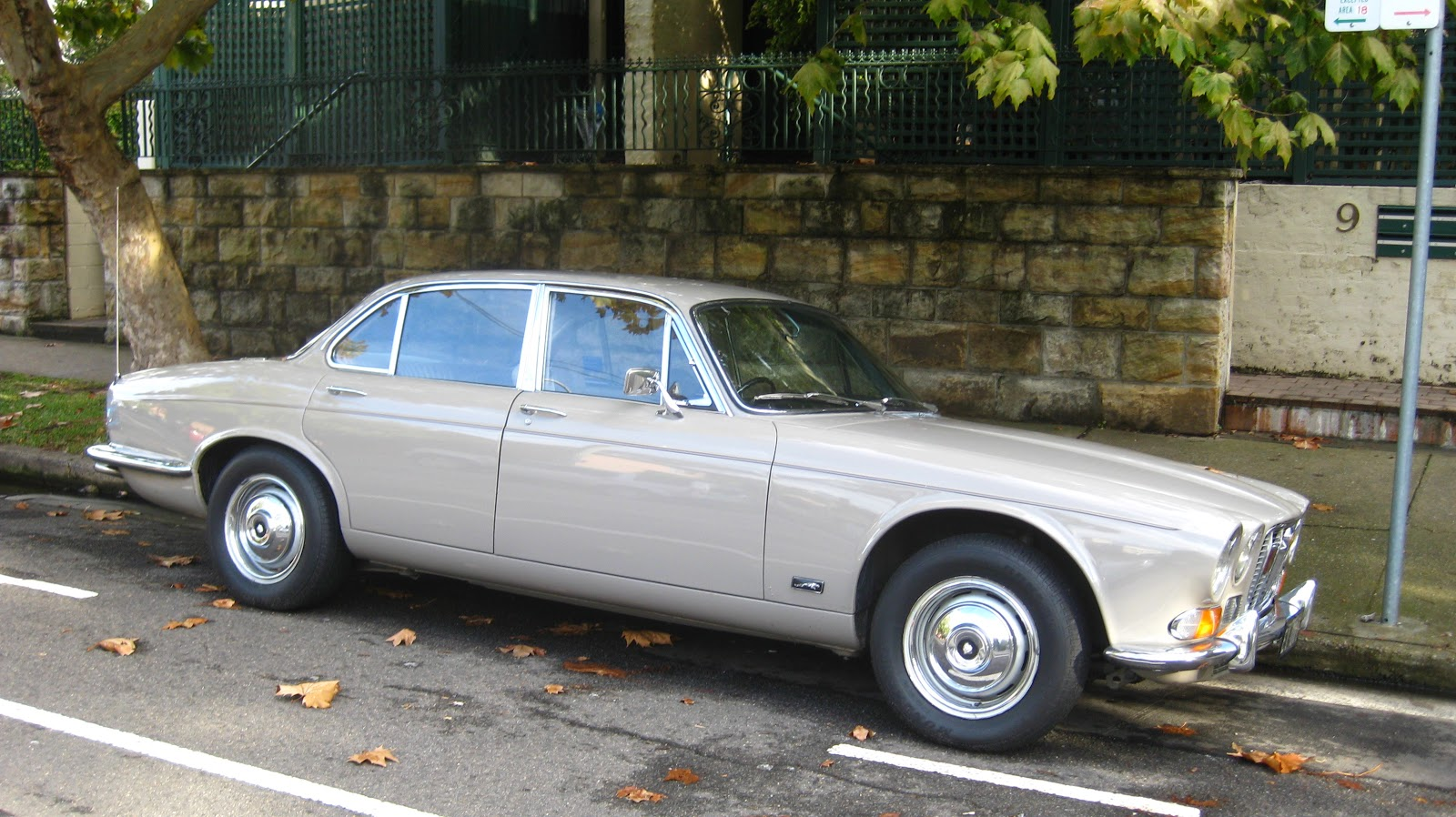 Aussie Old Parked Cars  1971 Jaguar XJ6 Series 1