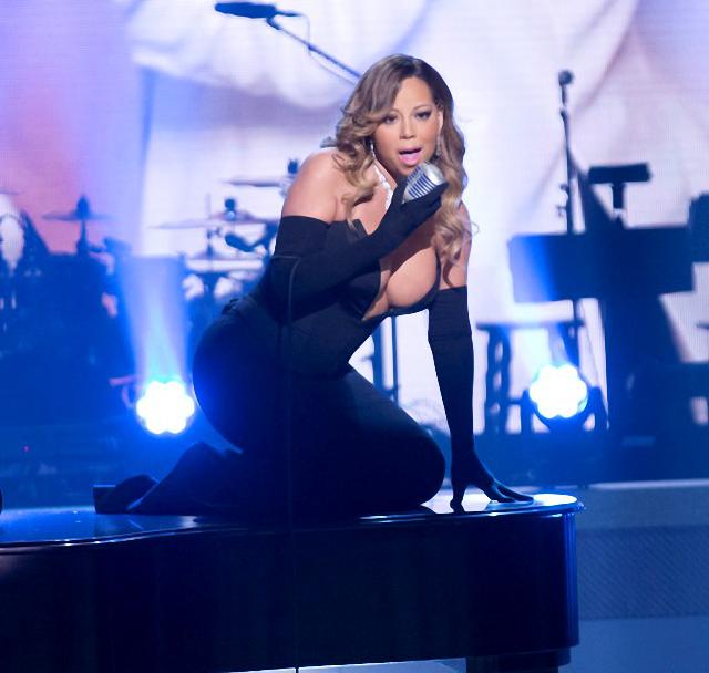 Mariah Carey luce un enorme escote y hace resaltar sus enormes tetas