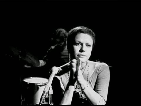 Gaúcha de Porto Alegre, Elis ainda é considerada uma das cantoras mais conhecidas e versáteis da MPB. Interpretou diversos gêneros e dominou a música nacional nos 60 e 70 com uma maneira única de cantar composições de grandes nomes, como Tom Jobim, João Bosco, Milton Nascimento, Belchior e Edu Lobo.