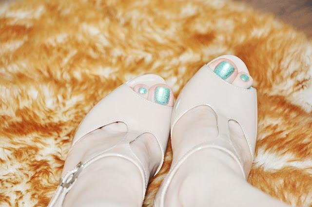 телесные босоножки на каблуке