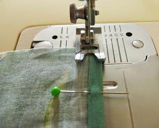 Cosiendo el dobladillo del pareo de muselina a la máquina