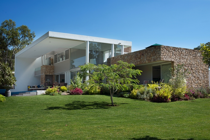 Green lawn by the Casa del Viento by A-oo1 Taller de Arquitectura