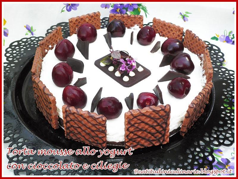 torta fredda allo yogurt con cioccolato e ciliegie