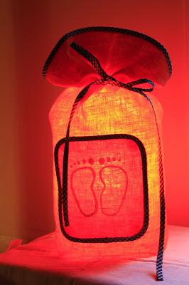peint à la main - lampe KUB - design -lampe - deco - aix en provence - creation- fait main - made in france - luminaire - luminaires - à poser - à suspendre - lin- toile de jute - PcM - pcm - lampe de couleur - eco design - matières naturelles - matériaux recyclés - pièces uniques - petites séries - décoration - artisanat - baladeuse - lampe POM - cintre - bonbonne d'eau - recyclage - pom - cordon textile - lampe fruit - drapée - amidonné - amidon - textile - fibre végétale - rayures - bonbon – provence – cintres de pressing – brode – couds – couture – broder – souder – soude – dessin de modèles – créations – fabrication française – produits locaux – exposition – peinture à l'eau – tissu – lampe textile – cousu main – 100 % fait main – pascale marquier – modèle unique - vignette lin - lampe personnalisable - personnalisable - at home - à faire chez soi - modèle évolutif – vignette amovible
