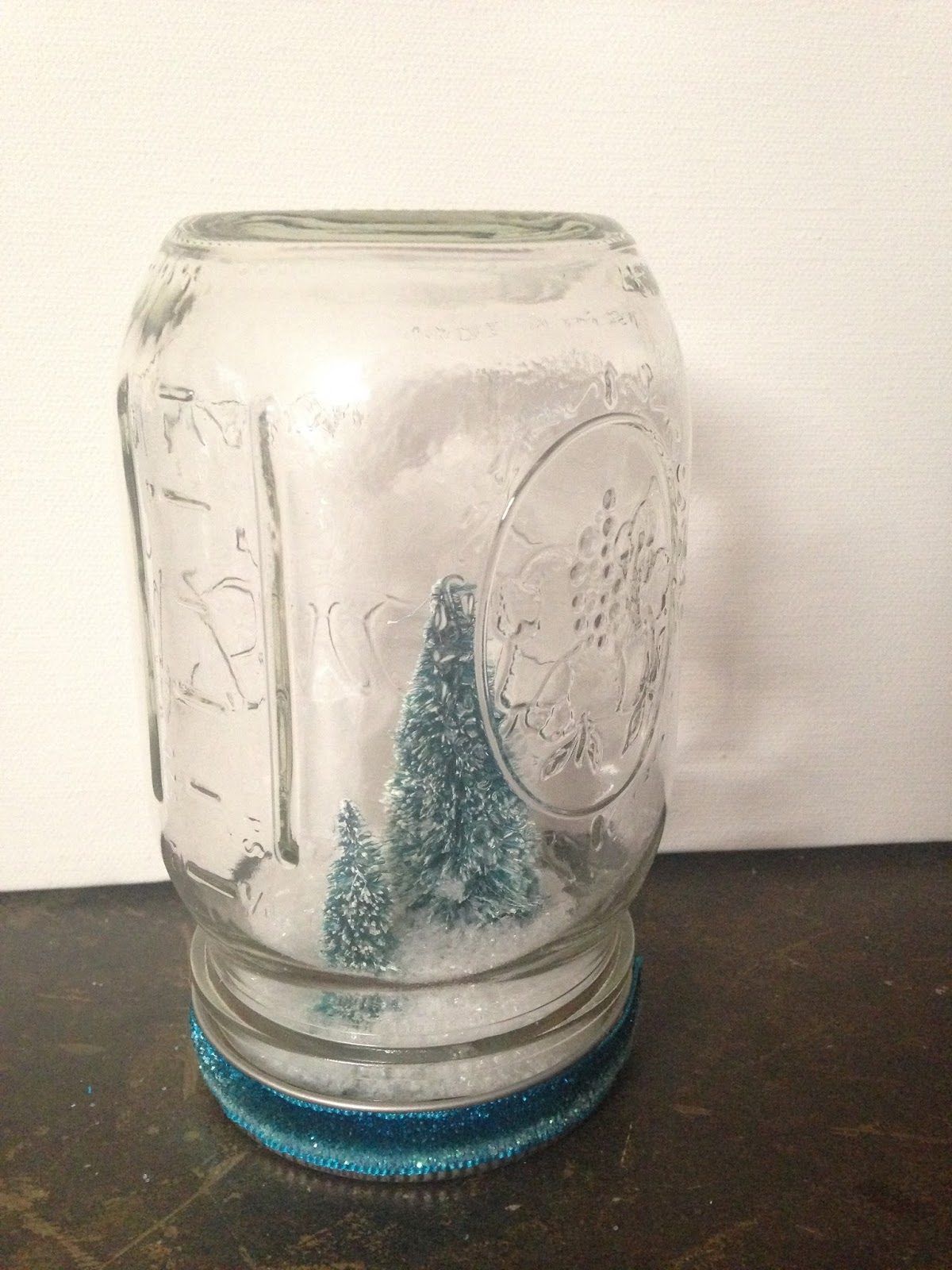 Quick and Easy Christmas Mason Jar Snow Globes @craftsavvy #craftwarehouse #christmas #diy #masonjar #snowglobe