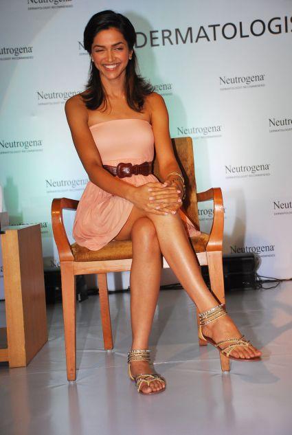 deepika padukone, bollywood actress, legs show, sexy skirt