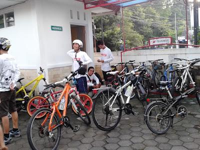 menunggu sepeda lain