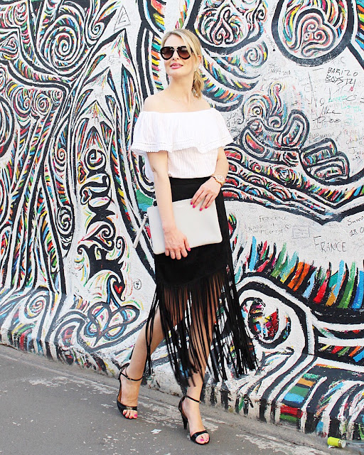 radley clutch, grey clutch, streetstyle berlin, fringe skirt, finged skirt, off shoulder top, prada sunglasses
