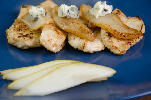 Kurczak smażony z gruszkami i serem pleśniowym