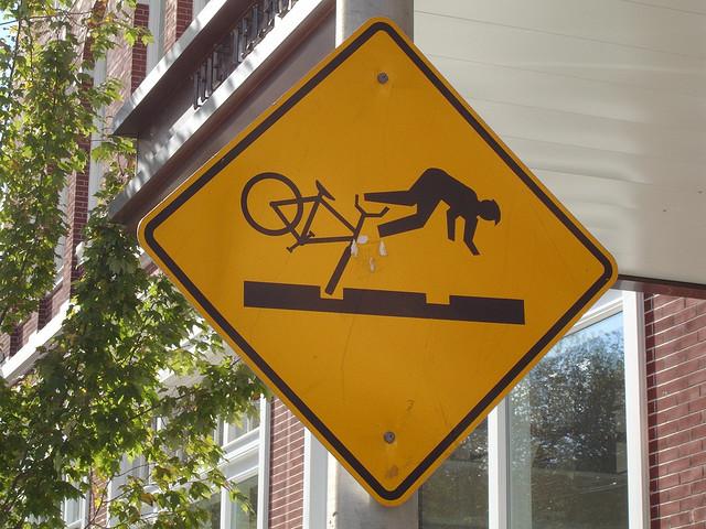 Placa de sinalização para ciclistas muito estranha