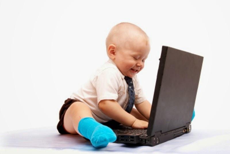 Gambar bayi lucu sedang menggunakan laptop gratis dowload