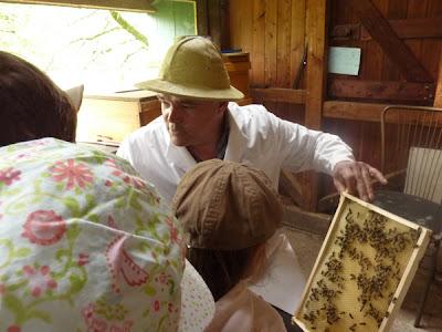 mit den Kindern und dem Imker im Bienenhaus