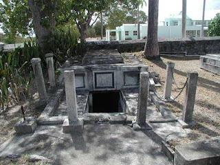 Ο οικογενειακός τάφος με τα φέρετρα που μετακινούνται από μόνα τους!(video)