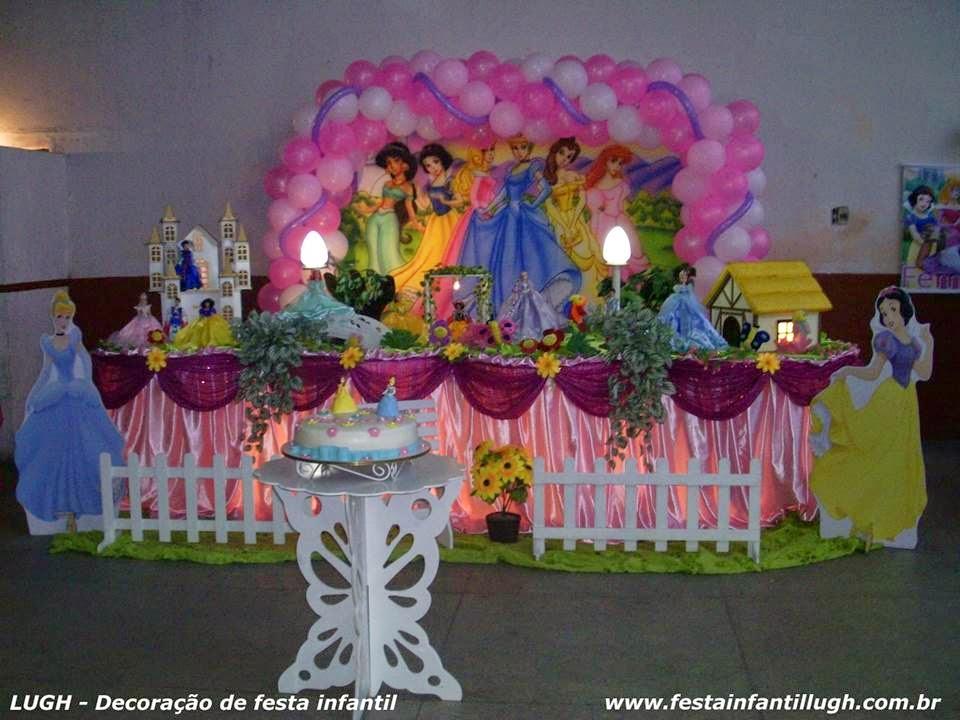 mesa de tema Princesas Disney para festa de aniversário infantil