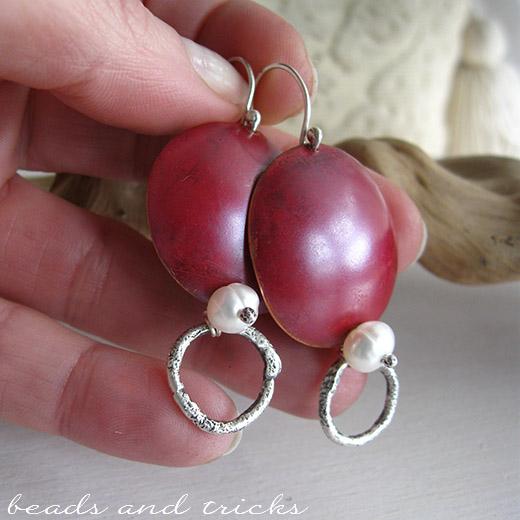 Orecchini in rame con patina rossa, argento e perle di fiume