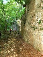 Grapissot amunt, sota les parets del Serrat de Sant Miquel