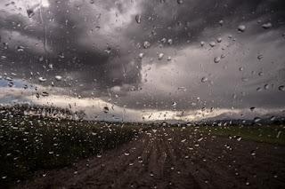 campagna con nuvole e pioggia