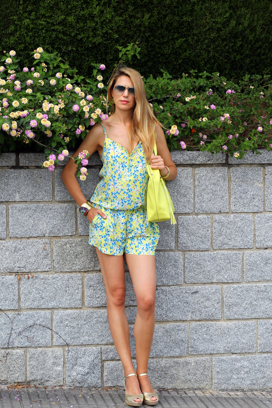 Jumpsuit with yellow bag and bracelette