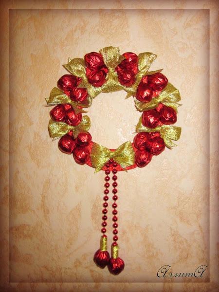 Новогодние венки из конфет своими руками фото пошагово