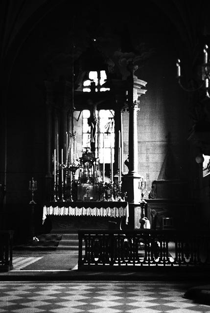 """Końskie, wnętrze kościoła p.w. św. Mikołaja - 1942 [?]. Autorem fotografii jest Lucjan Brylski, żołnierz NSZ w Przedborzu, po wojnie na emigracji w Australii. Fotografował kościół w Końskich prawdopodobnie podczas przeprowadzki ks. Antoniego Ręczajskiego z Przedborza do Końskich na zasadzie """"pożegnanie - powitanie"""". Ingres i przejęcie parafii odbyło się dnia 22 lipca 1942 r. Negatywy w kolekcji Wojciecha Zawadzkiego."""