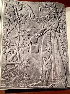 Figura mitad hombre mitad ave. Dios asirio de Mesopotamia. Ser alado.