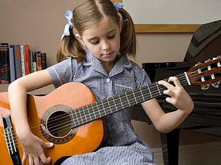 bermain gitar akustik