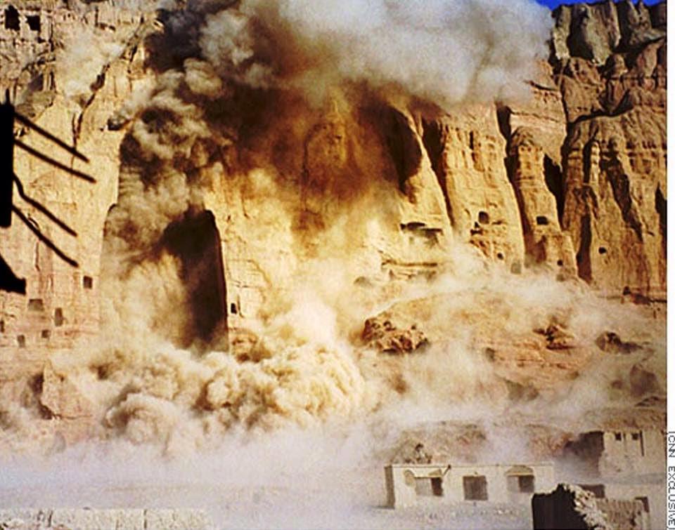 Momento de la voladura de los budas de Bamiyán por los talibanes - www.historiadelascivilizaciones.com