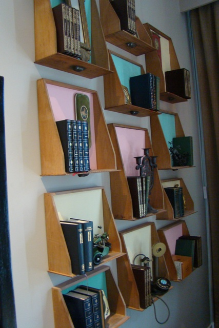 Una biblioteca con antiguos cajones recuperados - Estantes reciclados ...