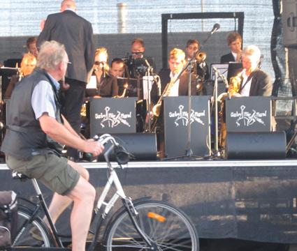 Cyklende på Skagen Havn nyder big band musik fra Sæby