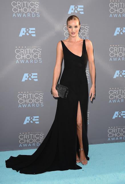 Rosie Huntington-Whiteley num vestido Saint Laurent Top 5 das mais bem vestidas dos Critics' choice awards 2016