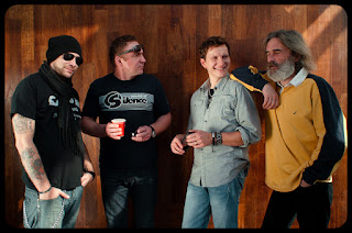 Portret grupowy zespołu Muzyczni Oprawcy