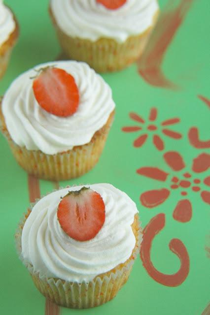 קאפקייקס תותים בשמנת וקצפת