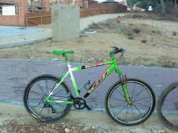 Esta bicicleta de monta�a tuning es de color verde y ofrece unas ruedas tuning, sill�n verde