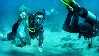 Max Fercondini ajuda a limpar o fundo do mar no arquipélago de Alcatrazes, em Santos, no último episódio do Sobre as Asas Crédito: Globo/ Divulgação
