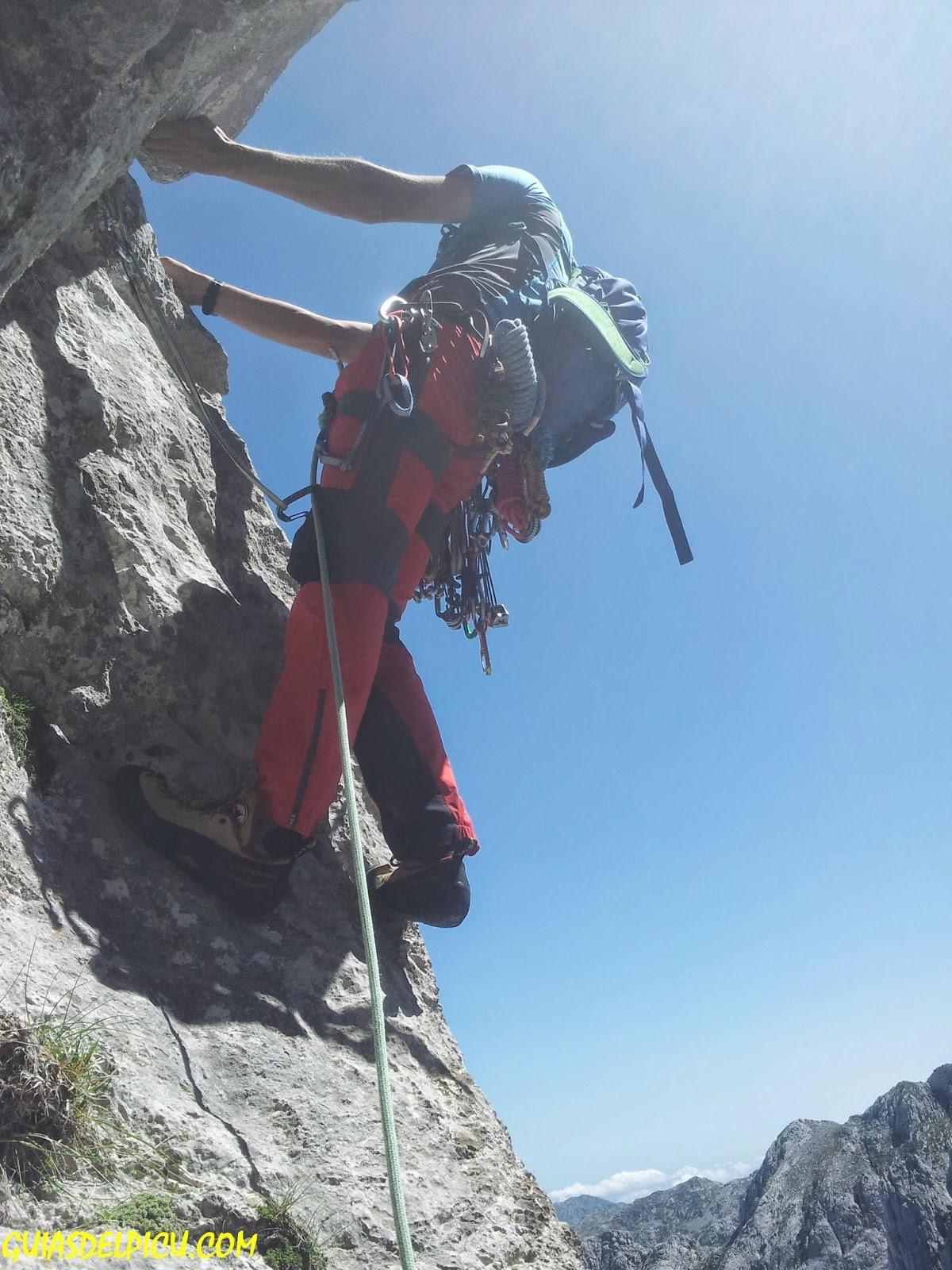 Guia de alta montaña Fernando Calvo Gonzalez, escaladas y crestas en los picos de europa rab , pantalon rab torque, aeon tee