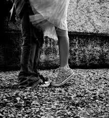 Bendigo la maldición de estar enamorado, ya elegí no estar, si no estoy a tu lado.