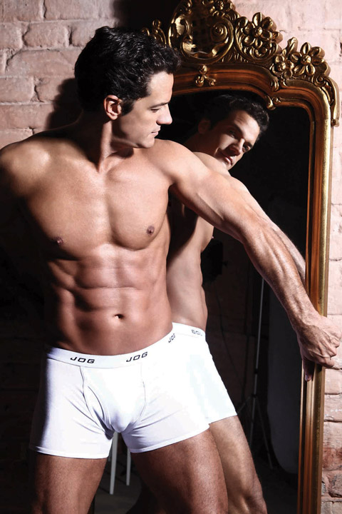 Carlos Machado vestido com cueca boxer branca da Jog Underwear