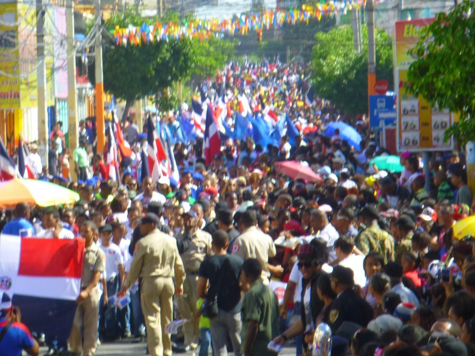 Cientos de estudiantes de  escuelas y colegios   desfilan conmemorando la independencia