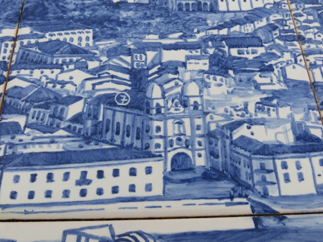 Painel de azulejos no Monte Brasil representando a Cidade de Angra do Heroísmo na Ilha Terceira. Fotografia macro