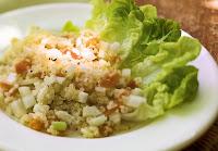 Salada de Quinua com Folhas Verdes e Damasco Seco (vegana)