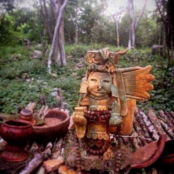 Un altar al dios maya Chaac, dios del agua y de la lluvia. Los campesinos colocan altares a esta deidad para que bendiga sus cosechas, les traiga la lluvia o les permita recoger los frutos que da la tierra.