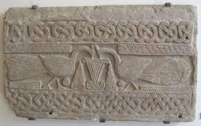 Pluteo lastra di marmo o pietra decorata e scolpita