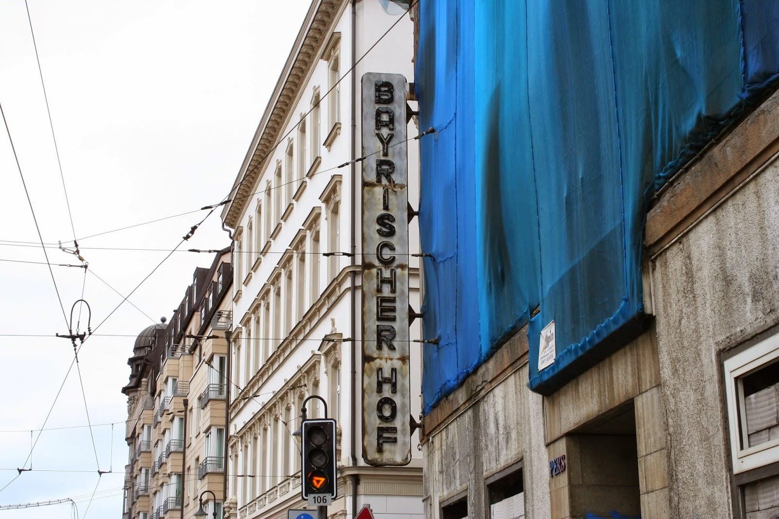 """Die Aussenwerbung mit der Aufschrift """"Bayrischer Hof"""" ist noch am Haus vorhanden"""